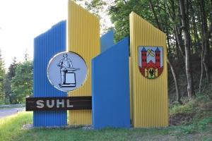 Ortseingang in Blau-Gelb
